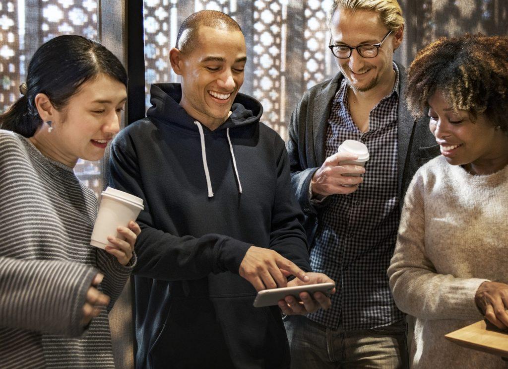 Freunde suchen einen neuen Handyvertrag